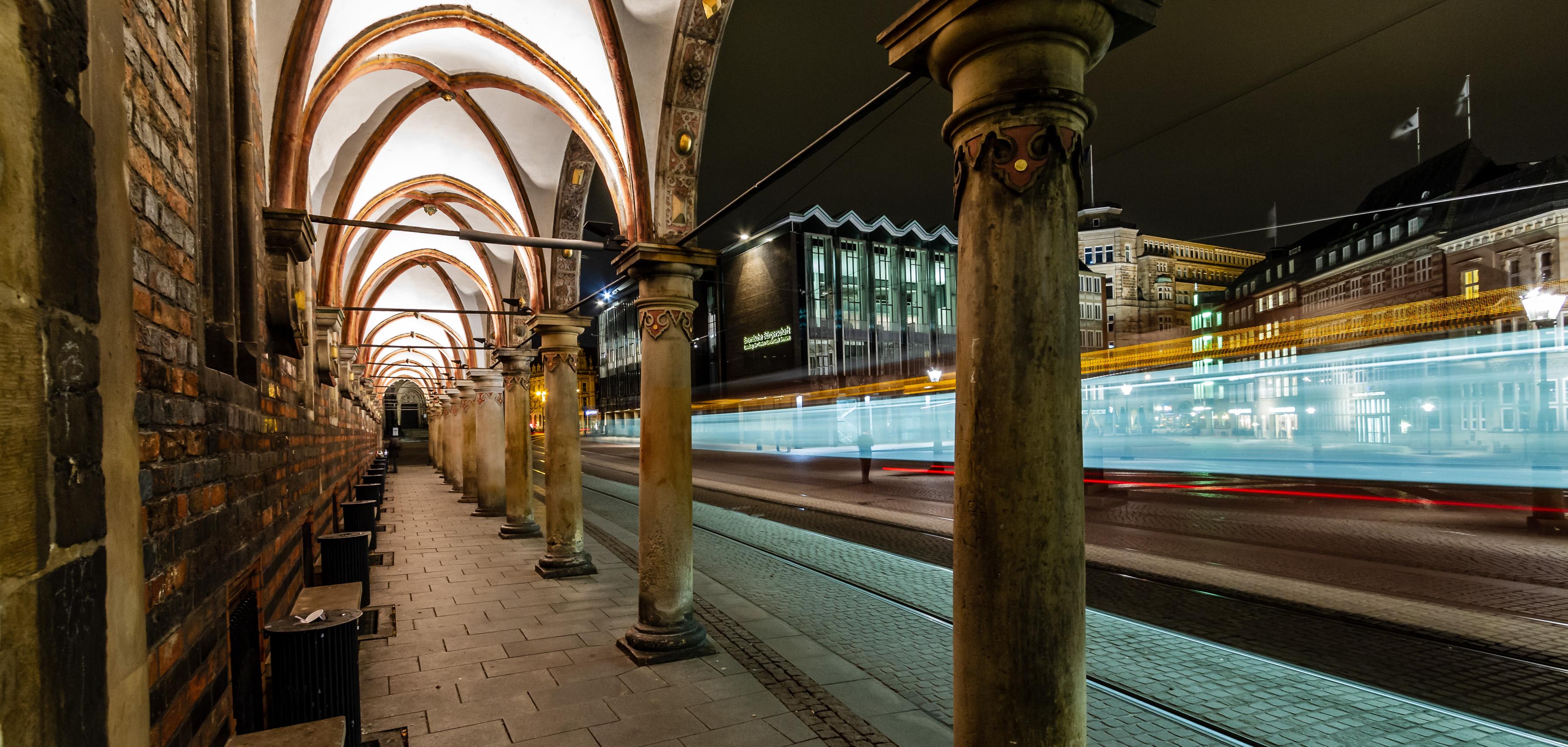 Ein Bild vom Bremer Dohmsplatz bei Nacht mit langer Belichtungsphase