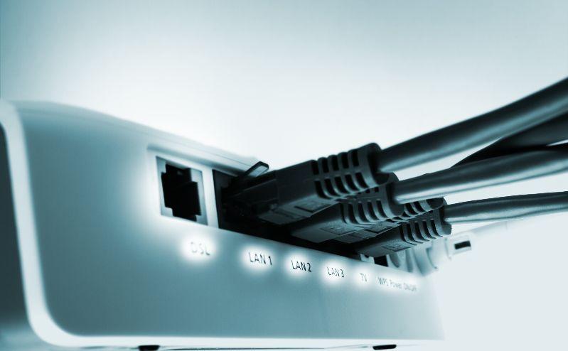 Ein Router, an den LAN-Kabel angeschlossen sind.